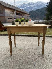 alter antiker Tisch