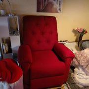 Roter Sessel elektrisch bedienbar