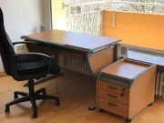 Schreibtisch mit Rollwagen und Stuhl
