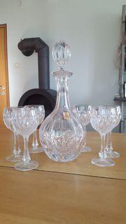 Kristallkaraffe mit Gläsern