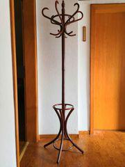 freistehener Gardenobenständer aus dunklem Holz