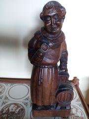 Mönch mit Weinfass Holzschnitzerei