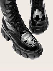 Stiefel in Lackleder Optik