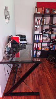 Schreibtisch mit schwarzem Metallgestell und
