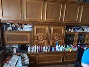 1 Küche und ein Wohnzimmerschrank