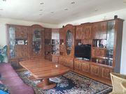 Stilvoller Wohnzimmerschrank mit Tisch