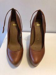 Getragene Schuhe mit Absatz