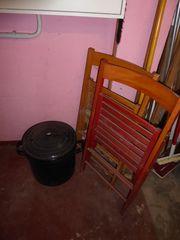 2 alte Holzklappstühle Holzeierbecher Pfeffer