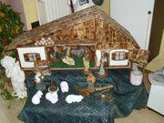 Große Weihnachtskrippe mit Figuren im