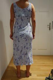 Romantisches hellblaues Blumenkleid von Wallis