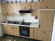 Küchenzeilen mit Herd und Kühlschrank