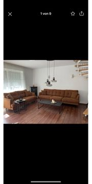Wohnzimmer Couch mit Tisch und