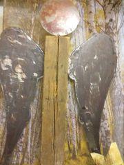 Engel aus Holzbalken mit angerosteten