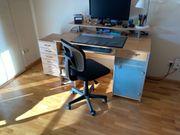 Schreibtisch mit Stuhl und Schubladenwagen