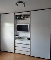 Kleiderschrank mit Fernseher