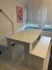 Weißer Esstisch mit Sitzbänken