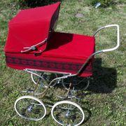 Alter gut erhaltener Puppenwagen um