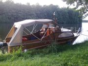 Holzboot mit Kajüte