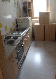 Braune Einbauküche mit Backofenherd Spüle