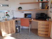 Schreibtisch und Regal