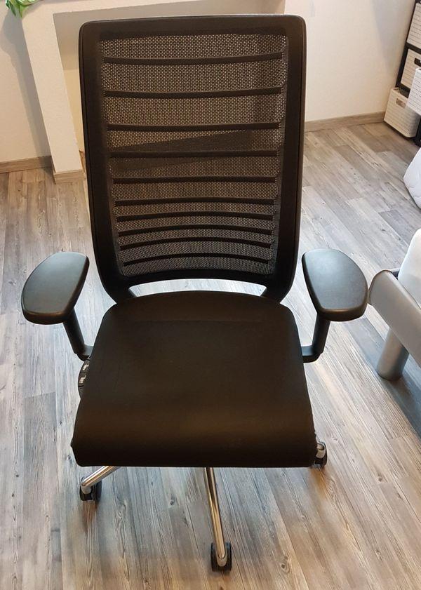 Schwarzer Schreibtischstuhl mit vielen Verstellmöglichkeiten