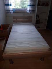 Schönes Bett mit verstellbarem Lattenrost