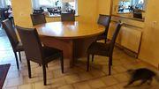 Runder Tisch mit sechs Stühlen