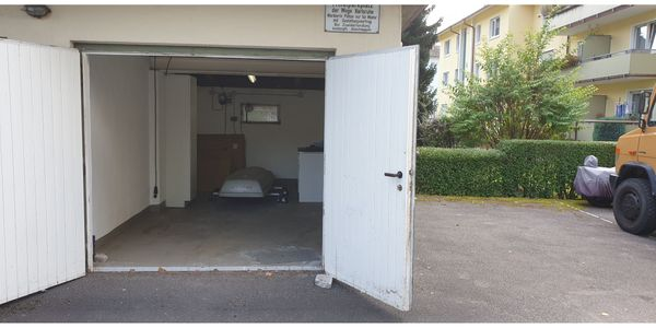 Garage geschlossen und großer Stellplatz