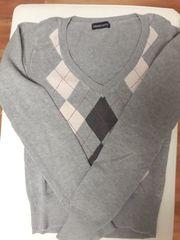 Schöner grauer Pullover mit Karodesign