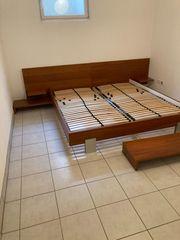 Doppelbett in Nussfurnier