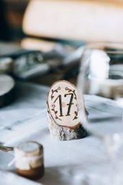 Handgefertigte Tischnummern aus Holz