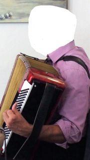 Akkordeonspieler zur Shanty-Chor-Begleitung in HF