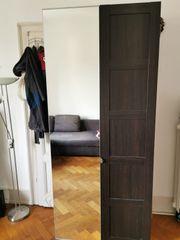Schwarzer Kleiderschrank mit Spiegel