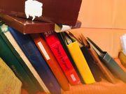 Kiste voll mit Briefmarkenalben und