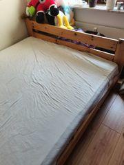 Gut erhaltenes Bett