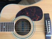 Gitarre mit Tasche und Gurt