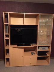 Fernseher-Schrank mit rechts einer Glas-Vitrine
