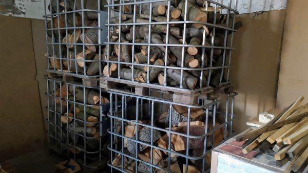 Brennholz in Metallbox mit Palette