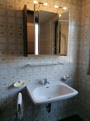 Waschbecken mit Ablage und Spiegelschrank