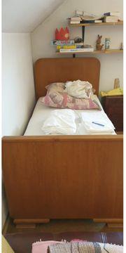 Bett mit Nachttisch und Schrank