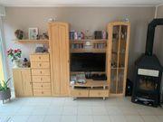 Wohnzimmerwand mit Sideboard Regalen usw abzugeben