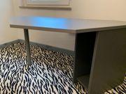 Schreibtisch aus Holz beschichtet Alu