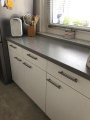 Einbauküche mit Herd und Spülmaschine