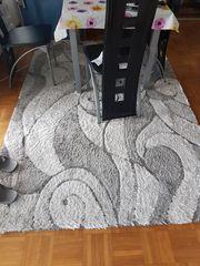 Grauer Teppich