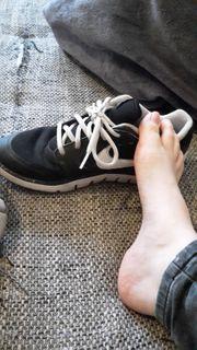 Barfuß getragene Schuhe