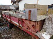 Einachsanhänger alter Miststreuer zum Holztransport