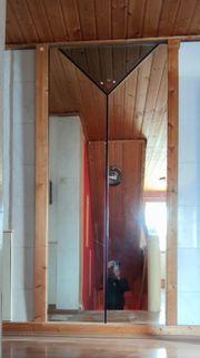 Zwei große dreigeteilte Spiegel
