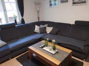 Couch mit sessel und tisch