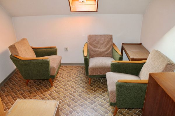 Drei Sessel Holz beige grün