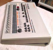 Roland TR-909-Techno Beatbox Drum Machine